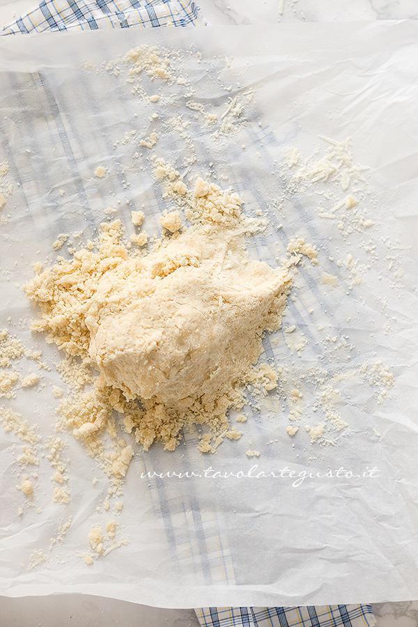 Preparare il Crumble salato (2) - Ricetta Crumble di Verdure