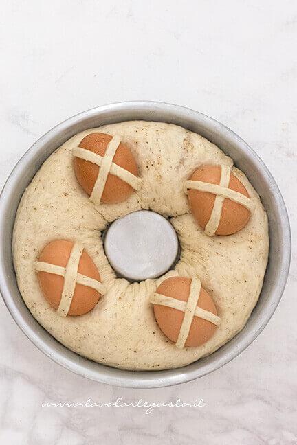 Uova a croce sul Casatiello - Ricetta Casatiello napoletano