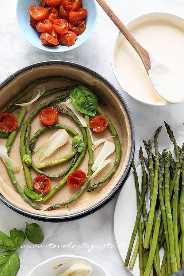 Aggiunger ele verdure cotte nella crosta di briseé - Ricetta Torta salata con Asparagi
