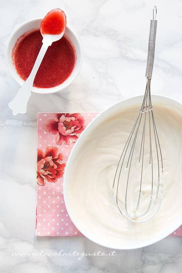 Aggiungere alla crema di ricotta, la purea di fragole - Ricetta Cheesecake alle Fragole