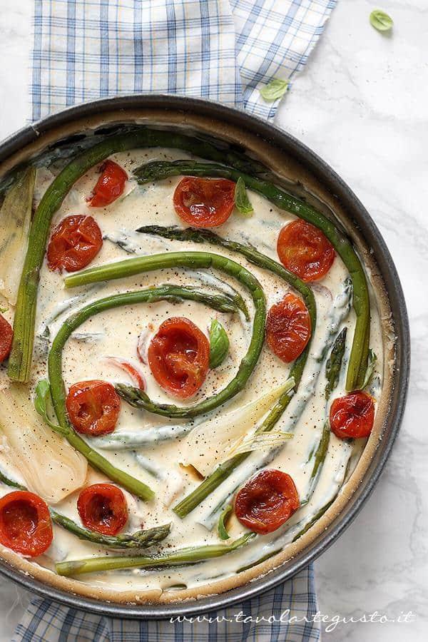 Aggiungere sulle verdure l'impasto di ricotta - Ricetta Torta salata con Asparagi
