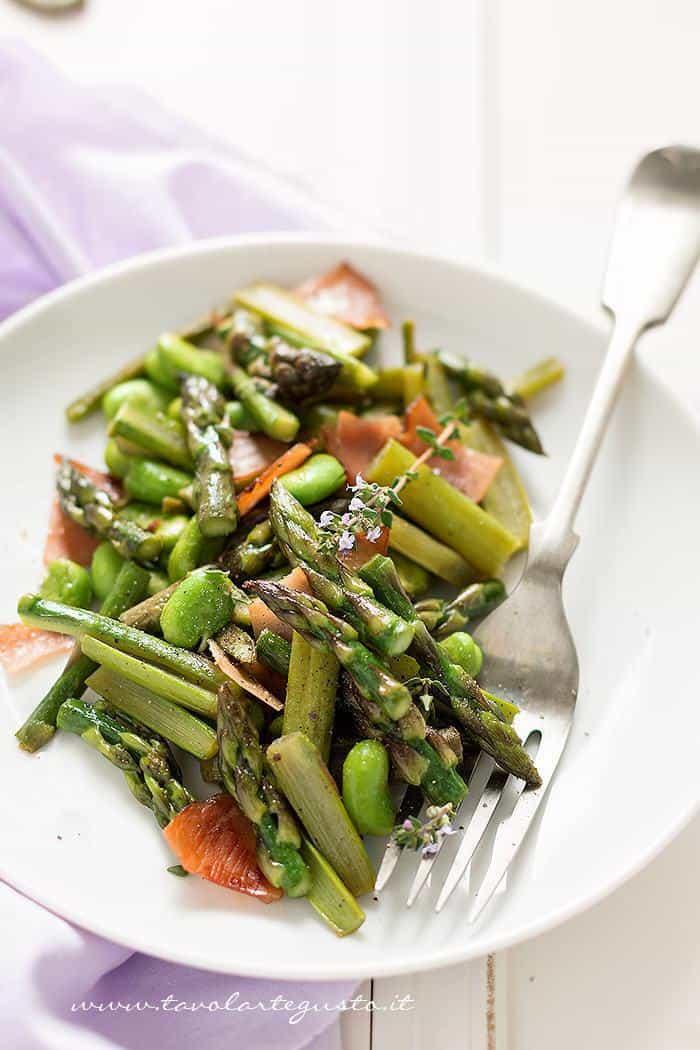Asparagi in padella, con fave, speck e timo - Ricetta Asparagi in padella