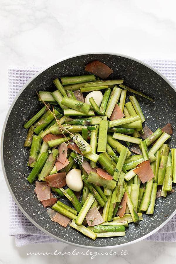 Asparagi in padella con speck - Ricetta Asparagi in padella