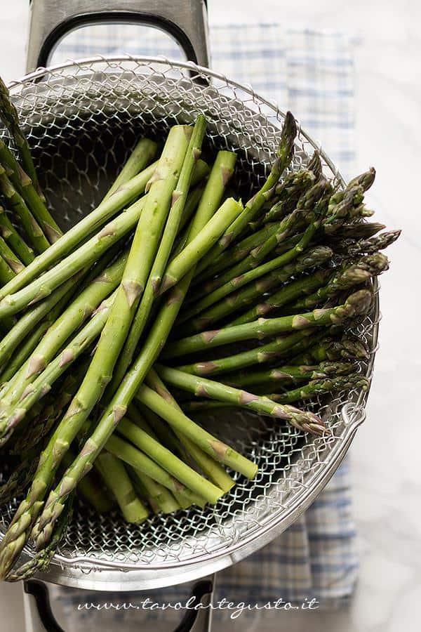 Cuocere gli asparagi a vapore - Ricetta Torta salata con Asparagi