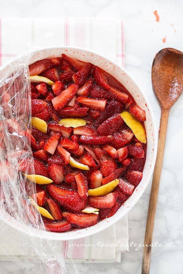 Fragole tagliate con succo e buccia di limone pronte per la marinatura -  Ricetta Marmellata di fragole