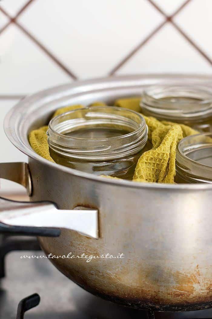 Portare ad ebollizione la pentola con i Vasetti - Sterilizzare i Vasetti di vetro per le Conserve