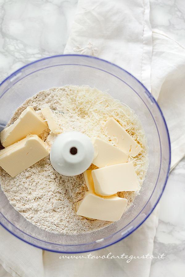 Preparare la pasta briseé al farro integrale - Ricetta Torta salata con Asparagi