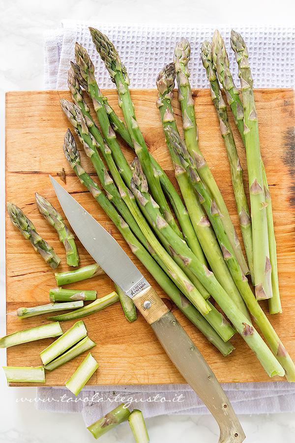 Pulire e affettare gli Asparagi - Ricetta Asparagi in padella