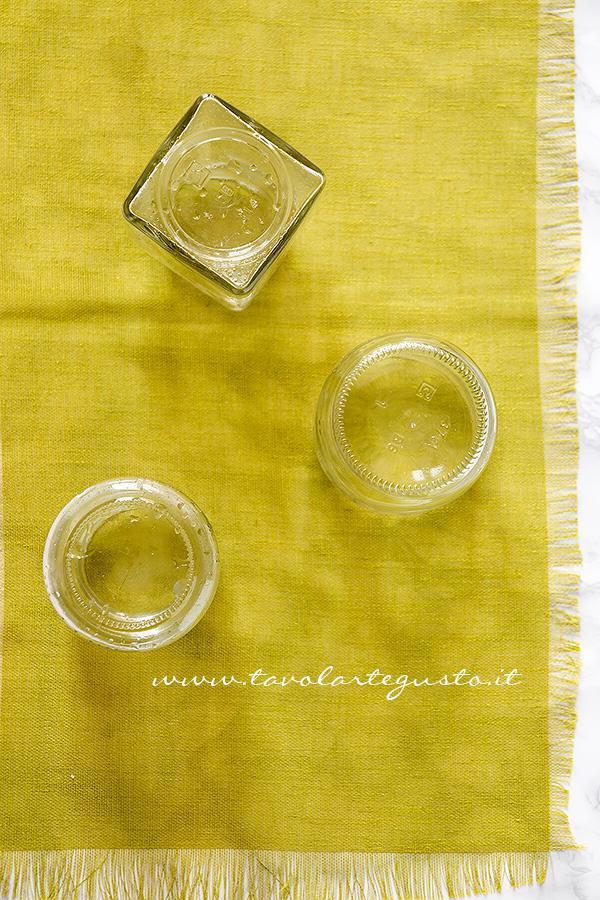 Scolare i Vasetti appena sterilizzati e lasciarli asciugare - Sterilizzare i Vasetti di vetro per le Conserve