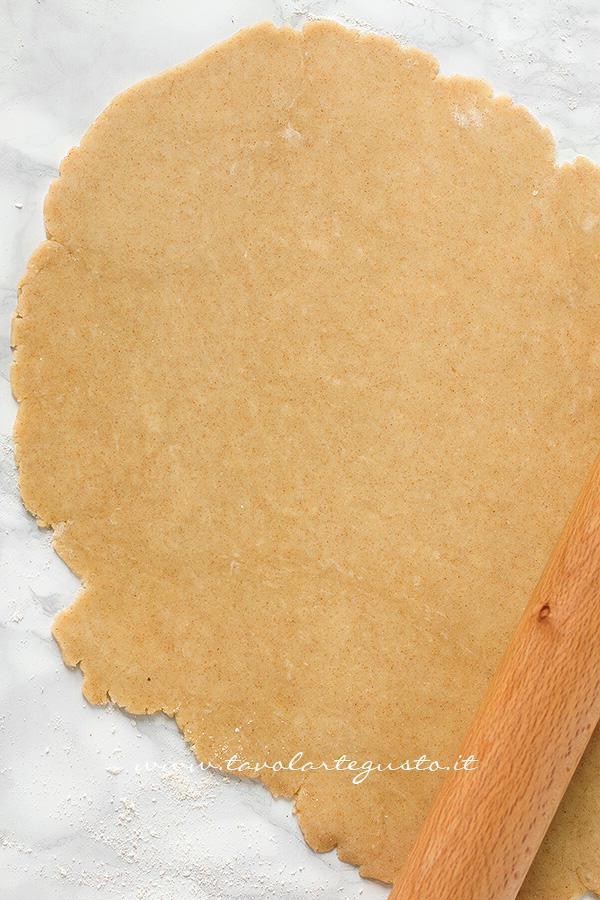 Stendere la pasta briseé al farro - Ricetta Torta salata con Asparagi