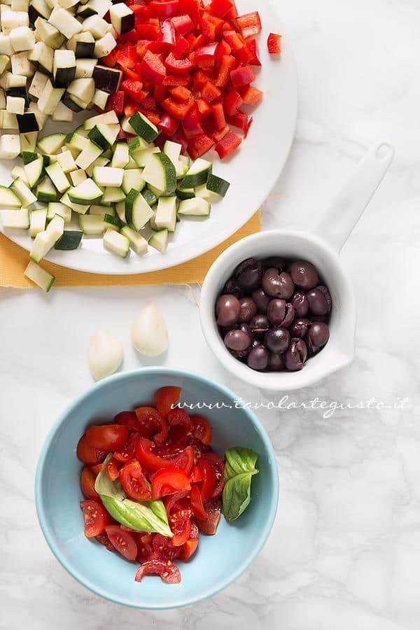 Lavare e affettare le verdure - Ricetta Pasta all'ortolana