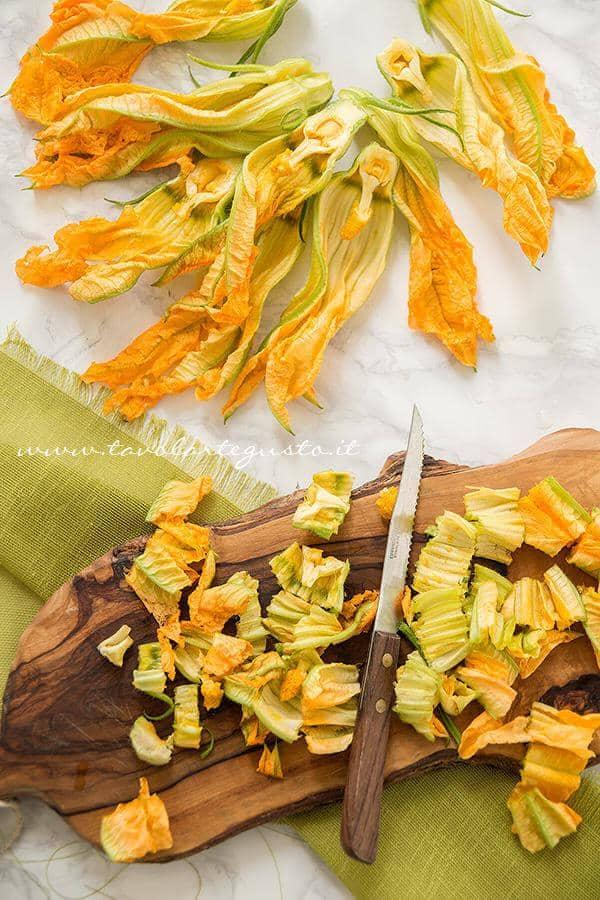 Pulire e tagliare i fiori di zucca - Ricetta Frittata con fiori di zucca al forno