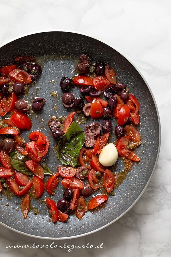 Saltare in padella i pomodorini con olive e capperi  - Ricetta Pasta all'ortolana