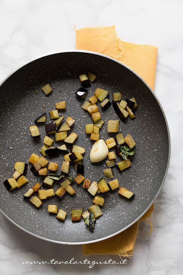 Soffriggere le melanzane - Ricetta Pasta all'ortolana