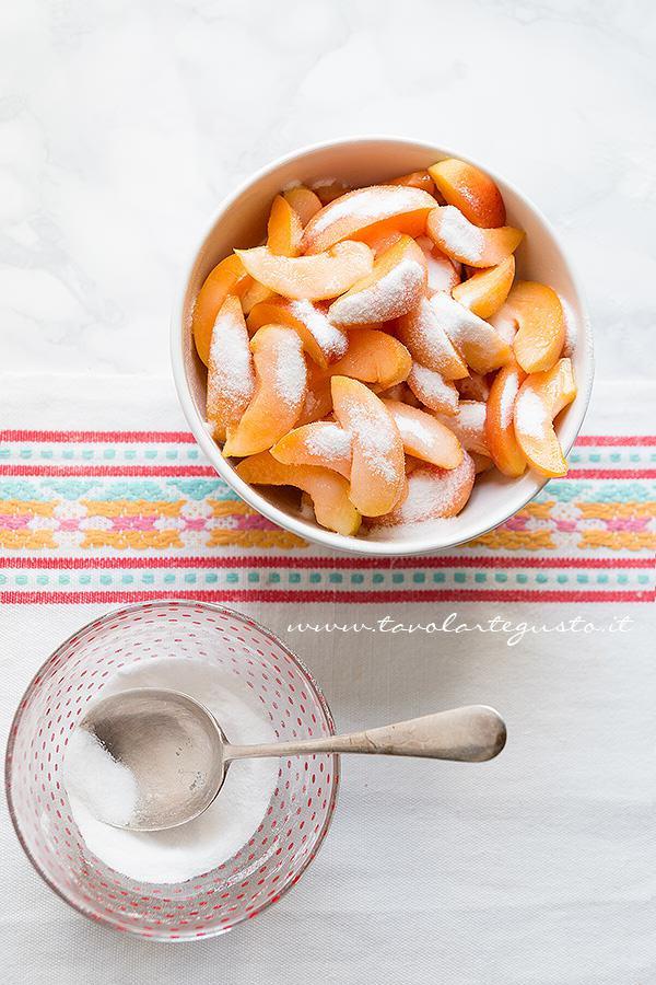 Aggiungere lo zucchero alle albicocche -  Ricetta Sfogliata di albicocche