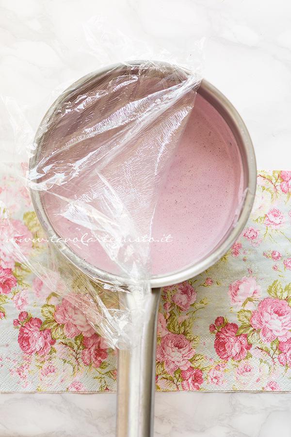 Aggiungere la gelatina al composto -  Ricetta Mousse ai frutti di bosco