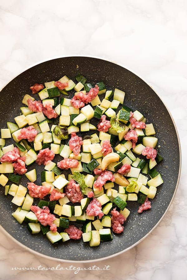 Aggiungere la salsiccia - Ricetta Pasta zucchine e salsiccia