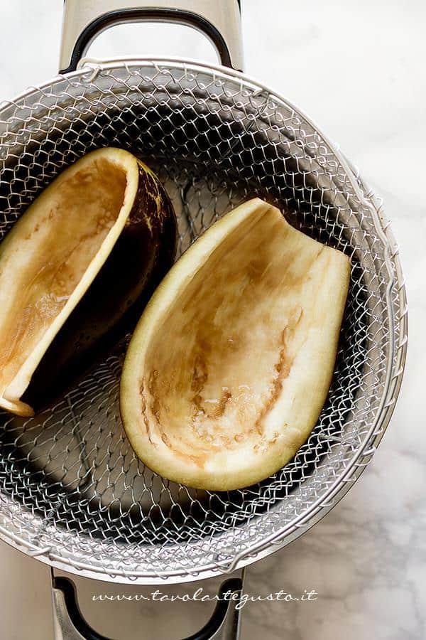 Cuocere a vapore i  gusci di melanzane - Ricetta Melanzane ripiene di verdure al forno