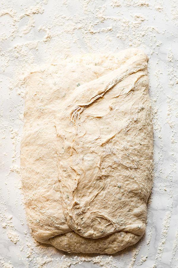 Pieghe a portafoglio sulla spianatoia - Ricetta Focaccia d