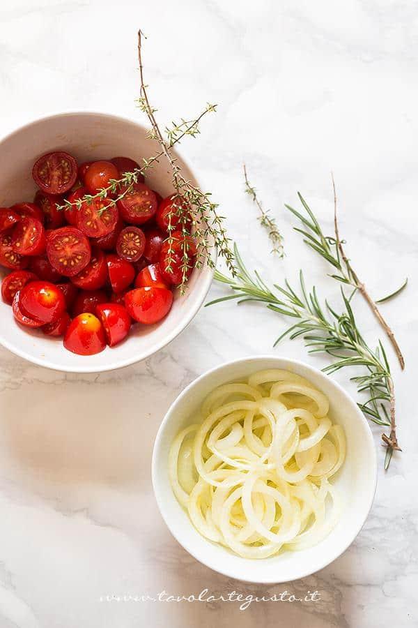 Preparare il condimento - Ricetta Focaccia di farro