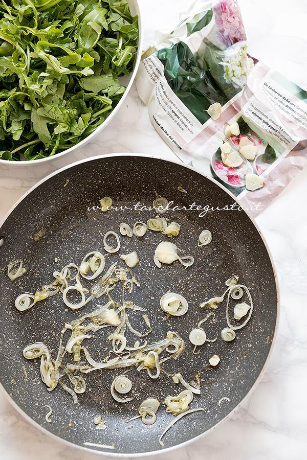 Preparare il soffritto di cipollo e aglio - Ricetta Polpettone di vitello e rucola