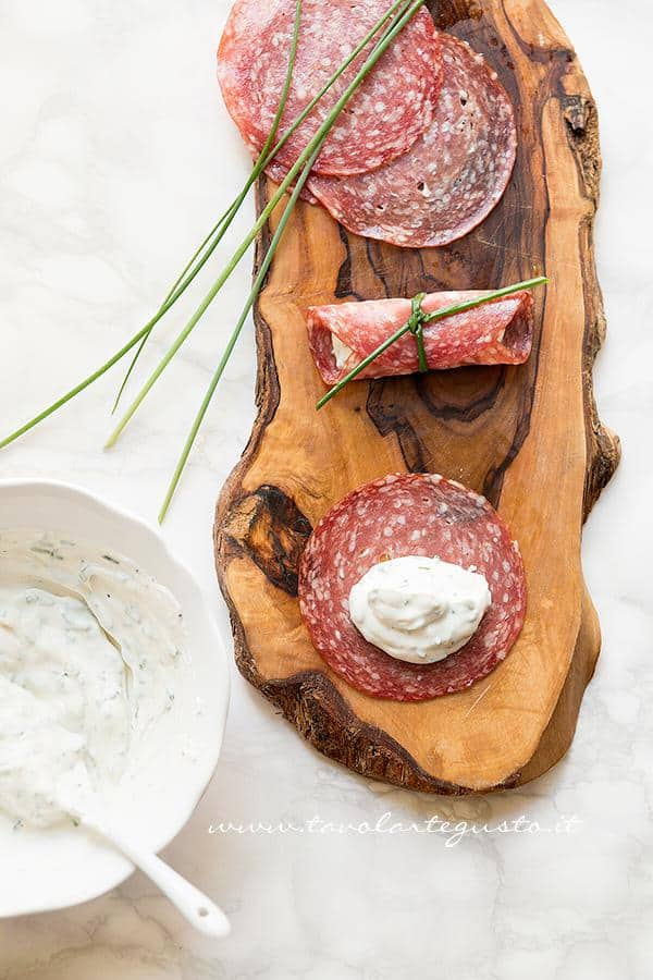 Riempiere le fette di salame con la ricotta - Ricetta Involtini di salame e ricotta
