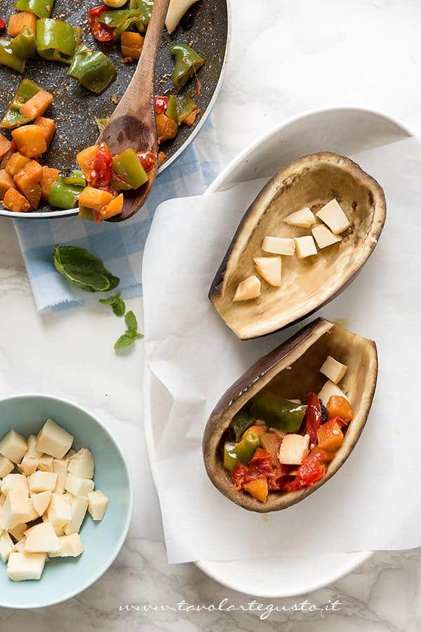 Riempire le melanzane - Ricetta Melanzane ripiene di verdure al forno