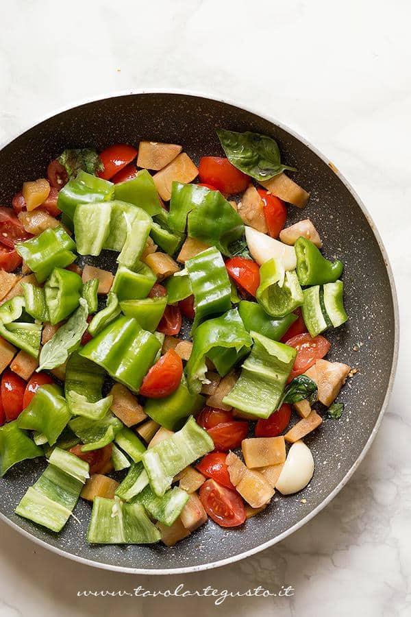 Saltare le verdure in padella - Ricetta Melanzane ripiene di verdure al forno