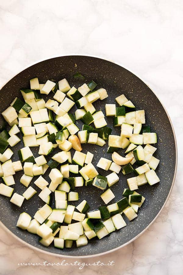 Saltare le zucchine in padella - Ricetta Pasta zucchine e salsiccia