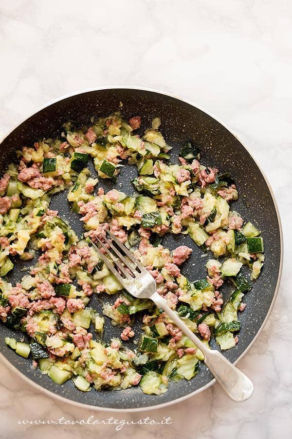 Schiacciare zucchine e salsiccia con la forchetta - Ricetta Pasta zucchine e salsiccia