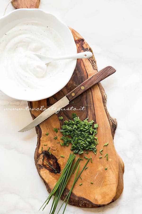 Tritare l'erba cipollina - Ricetta Involtini di salame e ricotta