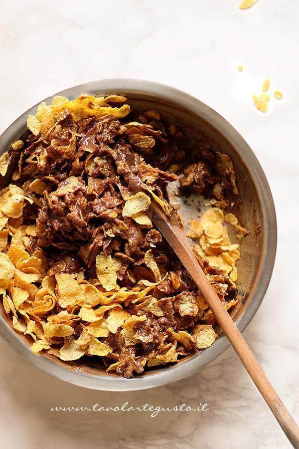 Aggiungere  i corn flakes - Ricetta Barrette di cioccolato e corn flakes
