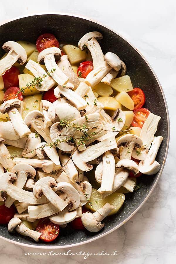 Aggiungere i funghi  - Ricetta Patate e funghi al forno