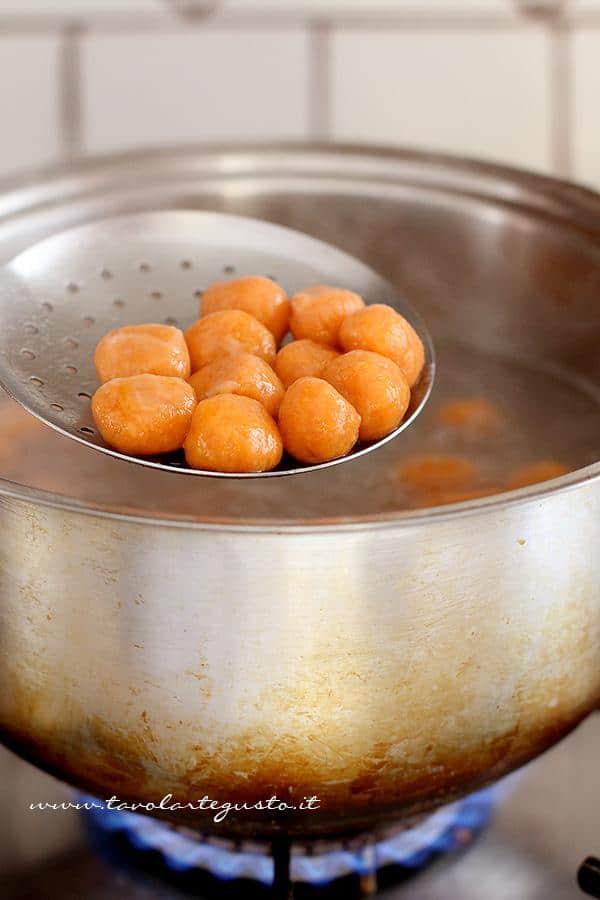 Cuocere gli gnocchi di zucca - Ricetta Gnocchi di zucca