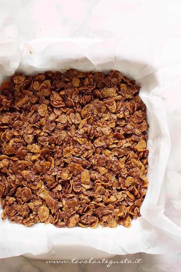 Disporre il composto in teglia - Ricetta Barrette di cioccolato e corn flakes