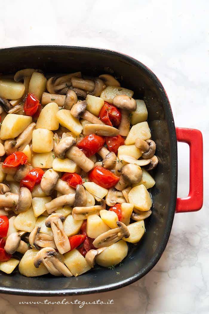 Trasferire le verdure in una teglia - Ricetta Patate e funghi al forno
