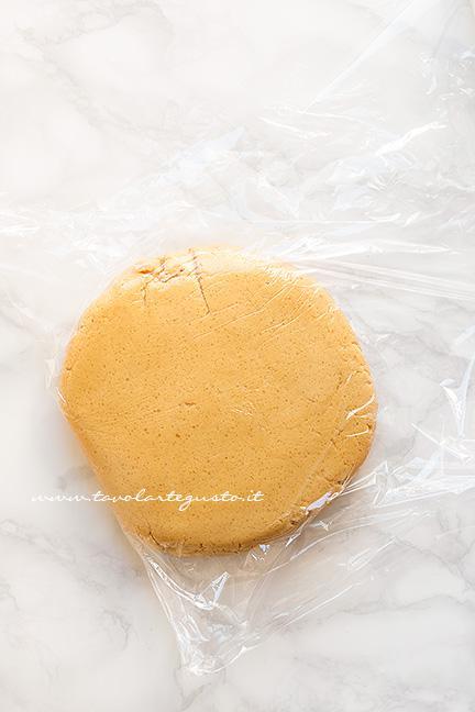 Avvolgere l'impasto nella pellicola - Ricetta Biscotti al burro di arachidi