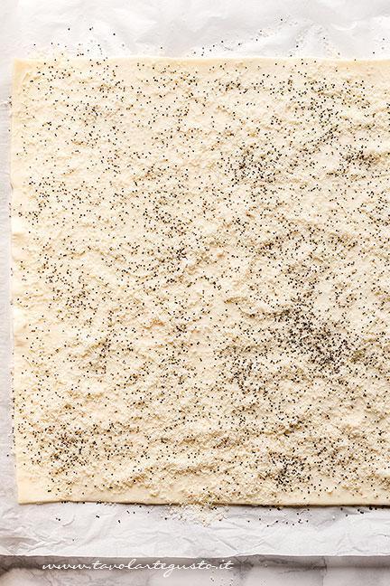 Distruibuire sulla sfoglia grana e semi di papavero -Ricetta Croissant salati