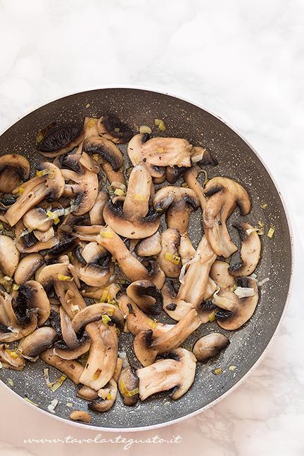 Funghi saltati in padella - Ricetta pasta al forno con funghi e speck