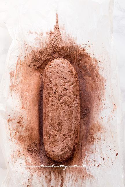 Ricoprire il salame di cacao- Ricetta Salame di cioccolato senza uova