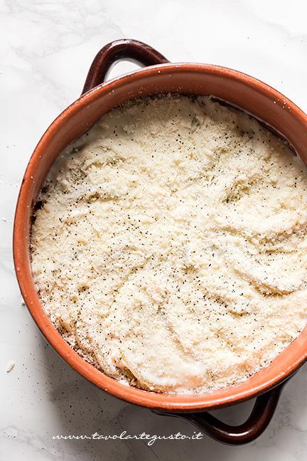 Ricprire la teglia di besciamella e grana - Ricetta Finocchi gratinati