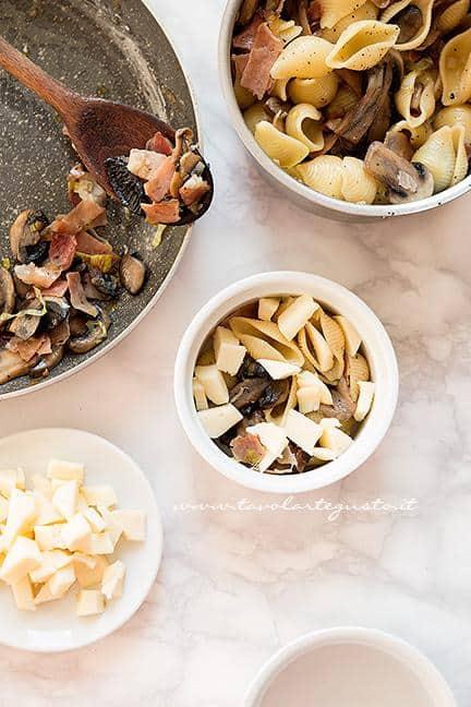 Riempire le pirofile -  Ricetta pasta al forno con funghi e speck
