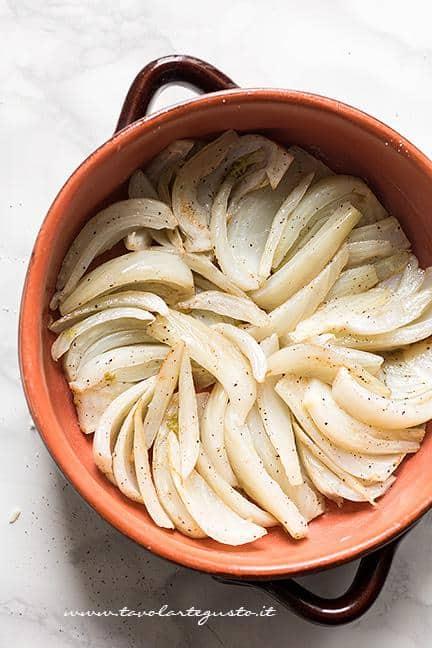 Sistemare i finocchi in una pirofila - Ricetta Finocchi gratinati