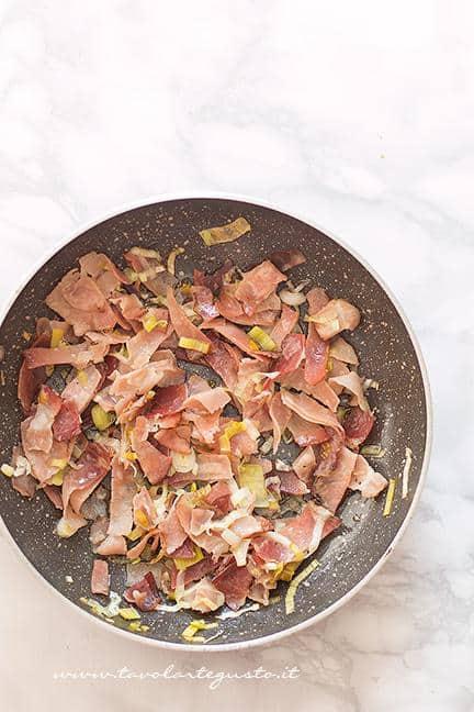 Soffriggere lo speck -  Ricetta pasta al forno con funghi e speck