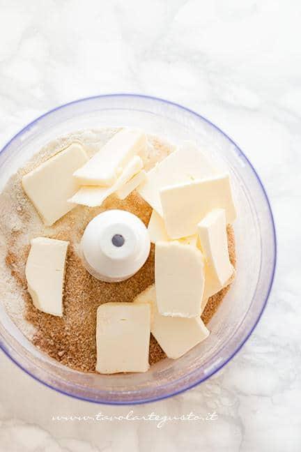 Aggiungere il burro freddo di frigo-Ricetta Biscotti Pan di Zenzero (Gingerbread)