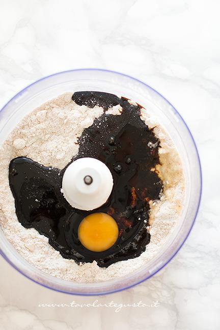 Aggiungere la melassa e l'uovo- Ricetta Biscotti Pan di Zenzero (Gingerbread)