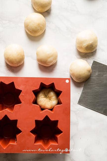 Pezzare l'impasto, formare le palline e inserirle negli stampi - Ricetta Pandorini