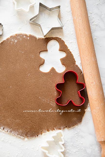 Stendere l'impasto e intagliare i biscotti - Ricetta Biscotti Pan di Zenzero (Gingerbread)