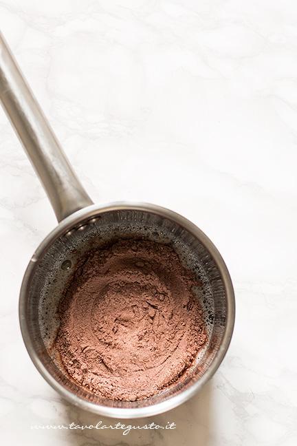 Aggiungere farina e cacao agli albumi -Ricetta Sigarette di cialda al cacao