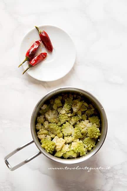 Aggiungere i broccoli appena cotto in un pentolino a bordi alti - Ricetta pasta con crema di broccoli